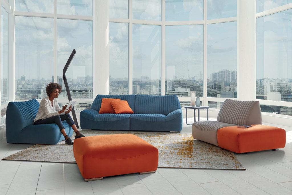 Canapé modulable bleu, beige et orange dans un salon tendance