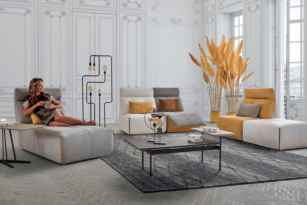 Canapé modulable gris, beige et jaune dans un salon design