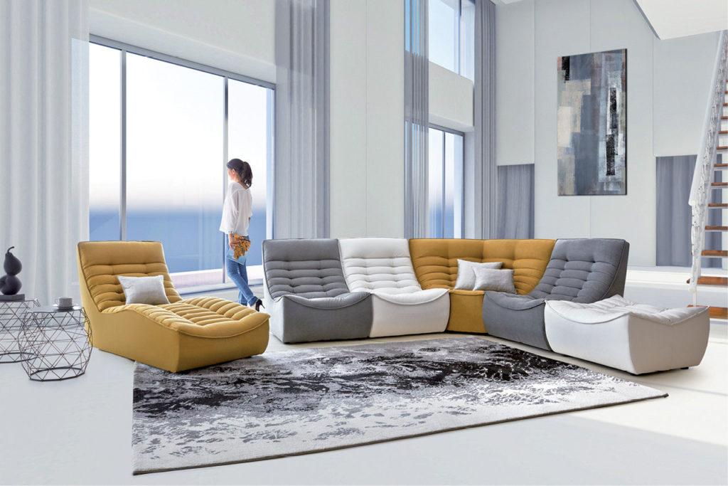 Canapé modulable Zanzibar jaune, blanc et gris dans un salon déco