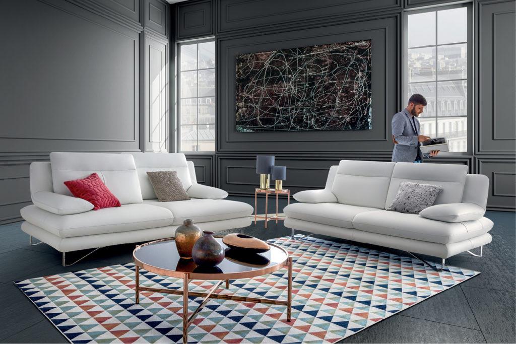 Salon avec canapé et tapis à motif